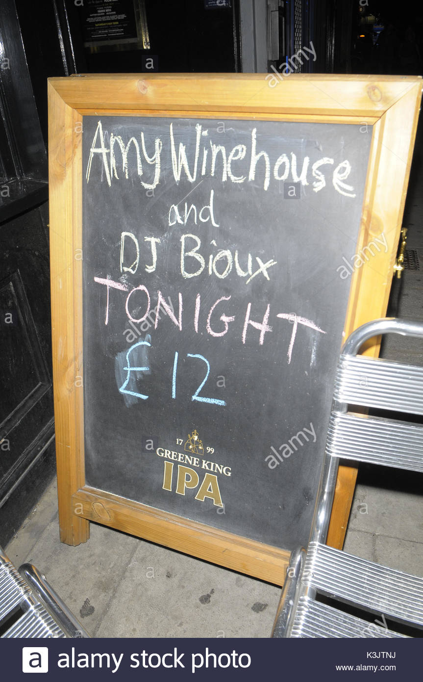 Amy Winehouse leaving The Monarch in Camden, after DJ'ing, with a ...