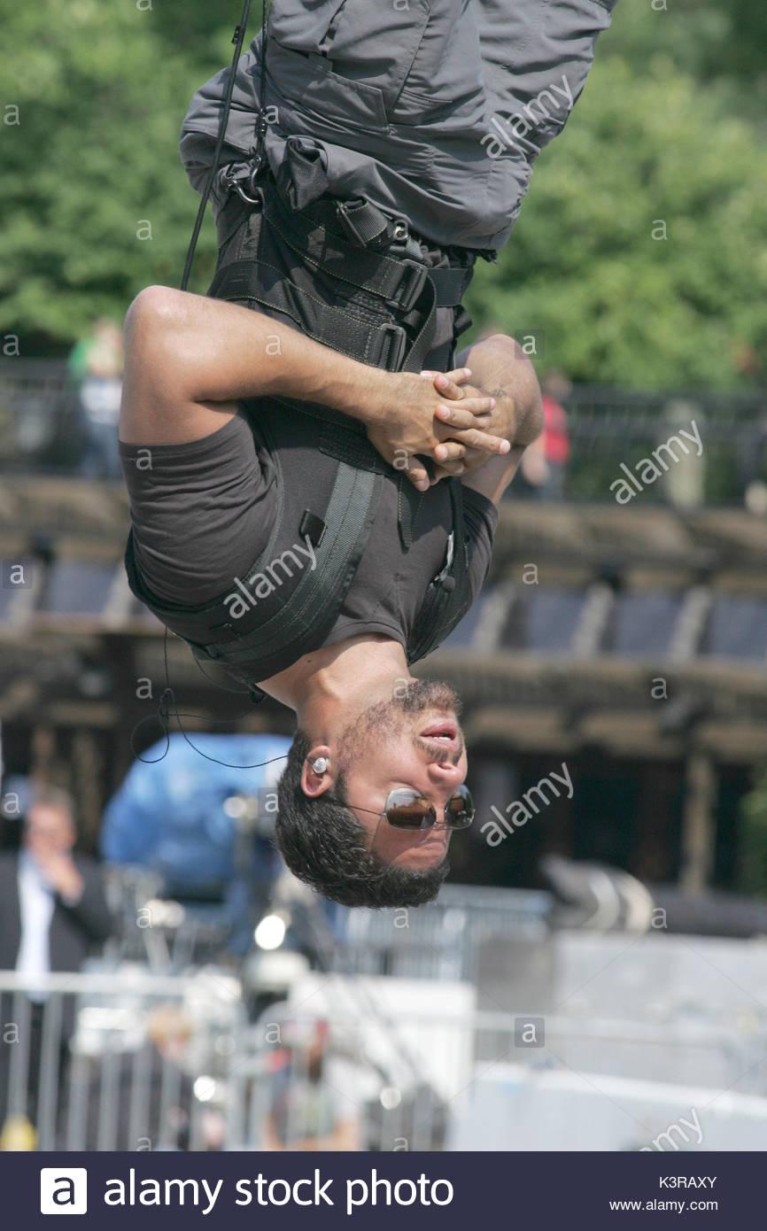Twerkin upside down without panties 9