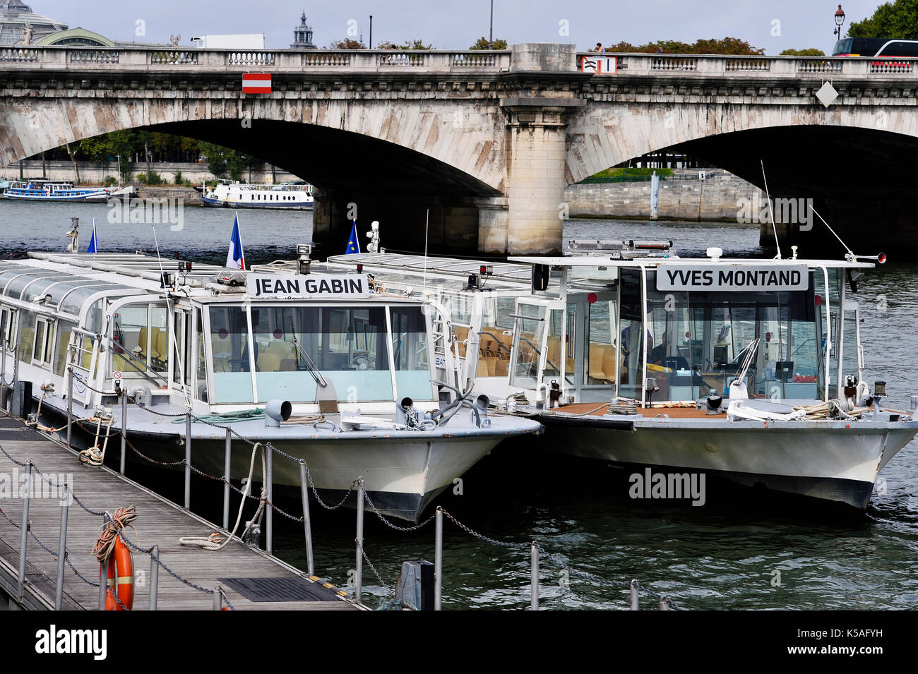 bateau mouche paris stock photos bateau mouche paris stock images alamy. Black Bedroom Furniture Sets. Home Design Ideas