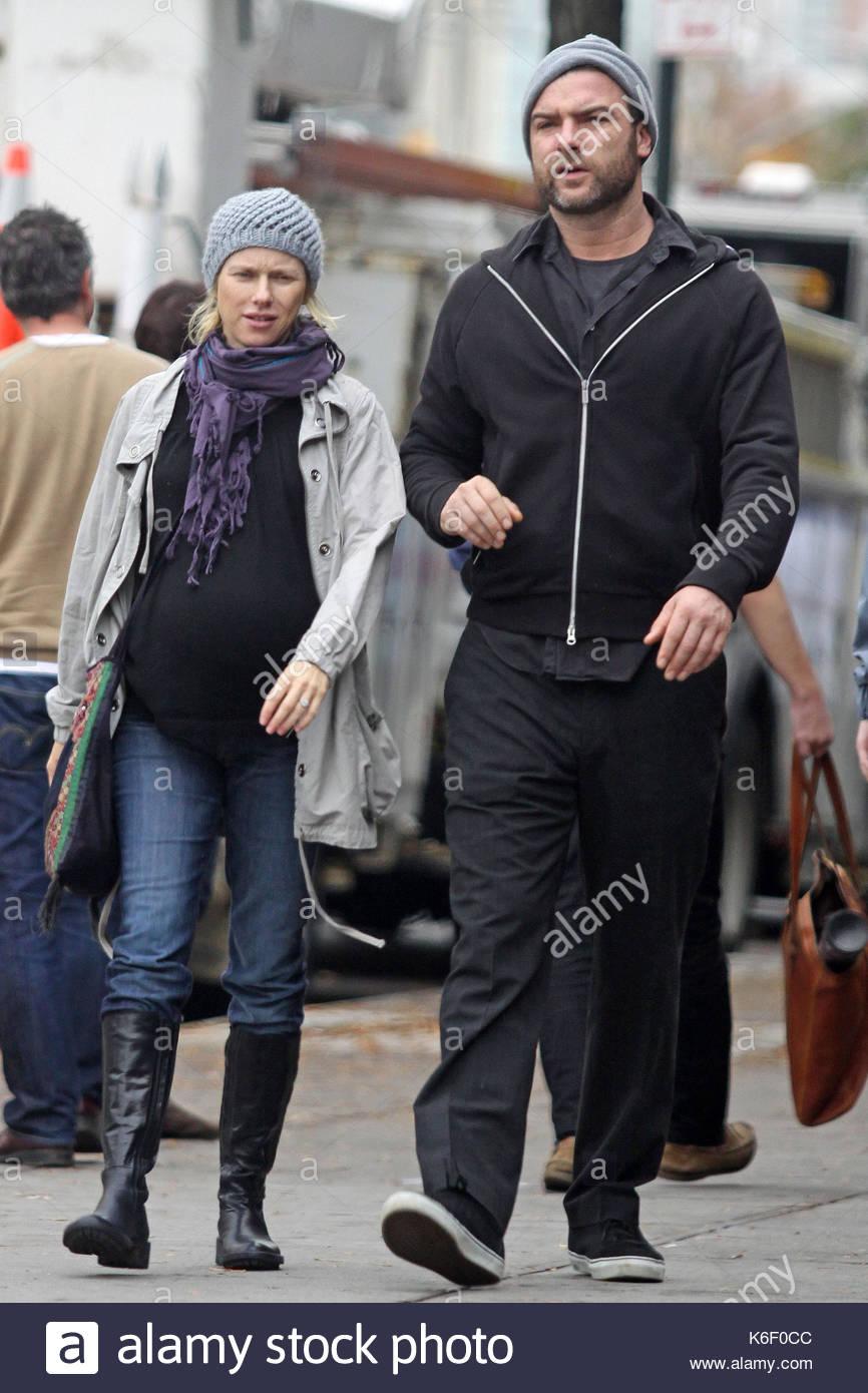 Liev Schreiber and Naomi Watts. A very pregnant Naomi ...