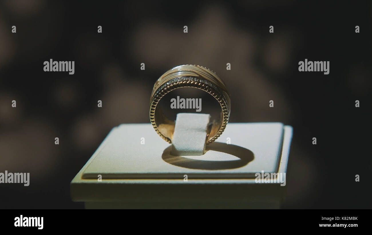 Precious diamond rings. Fine luxury diamond jewellery window ...