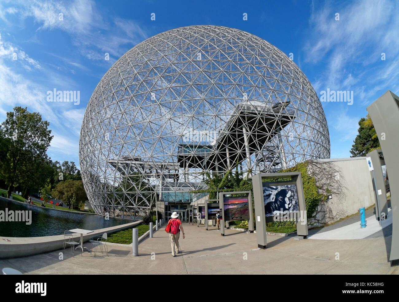 tourist-entering-the-environment-museum-