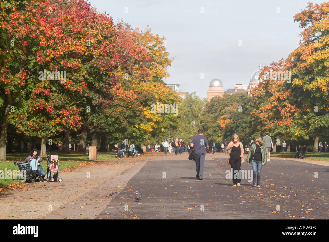 London, UK. 12th Oct, 2017. UK Weather: Londoners enjoy the glorious ...