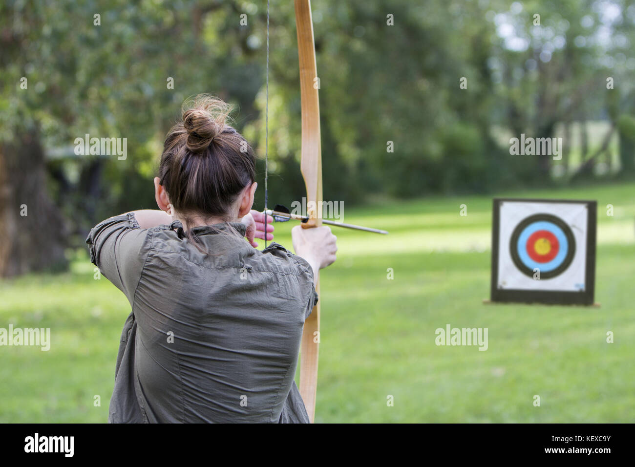 cacf2e7836111 Woman archer to use a bow and arrow and shoot at a target Stock ...