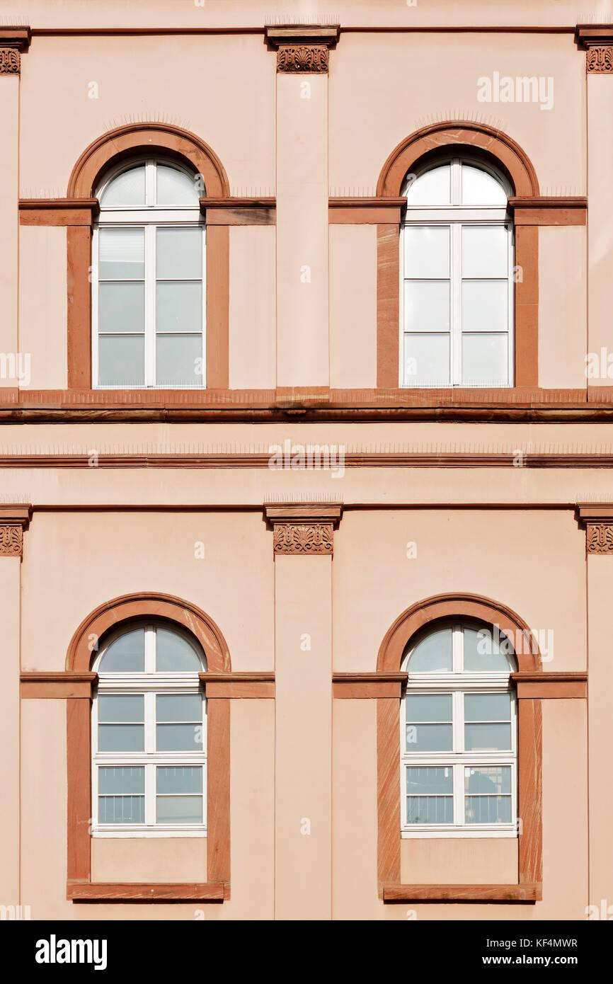 Kapitelle stock photos kapitelle stock images alamy for Haus fenster