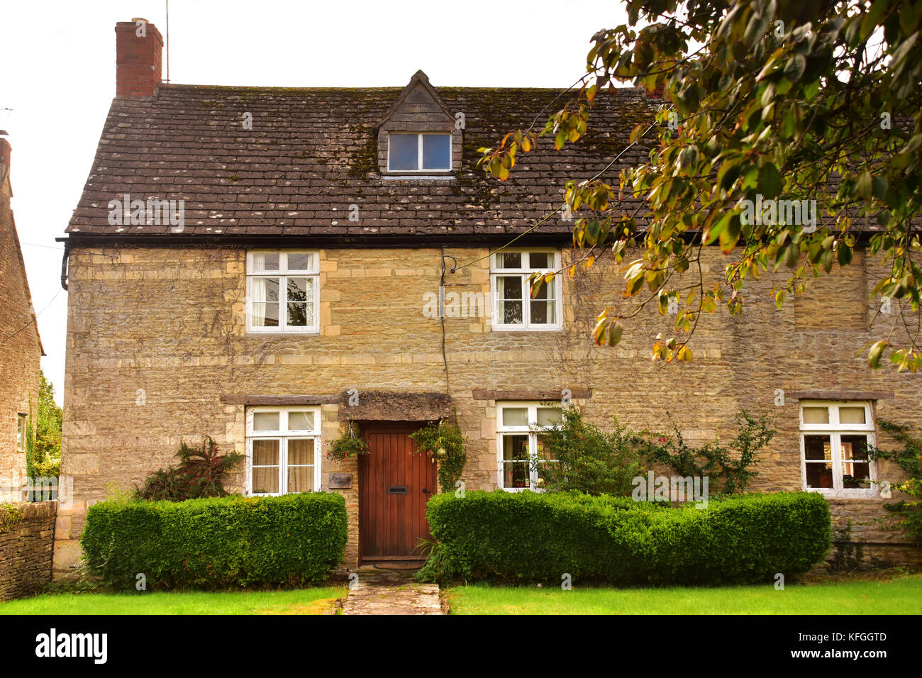 Typical English stone cottage with garden in the Cotswold Hills ...