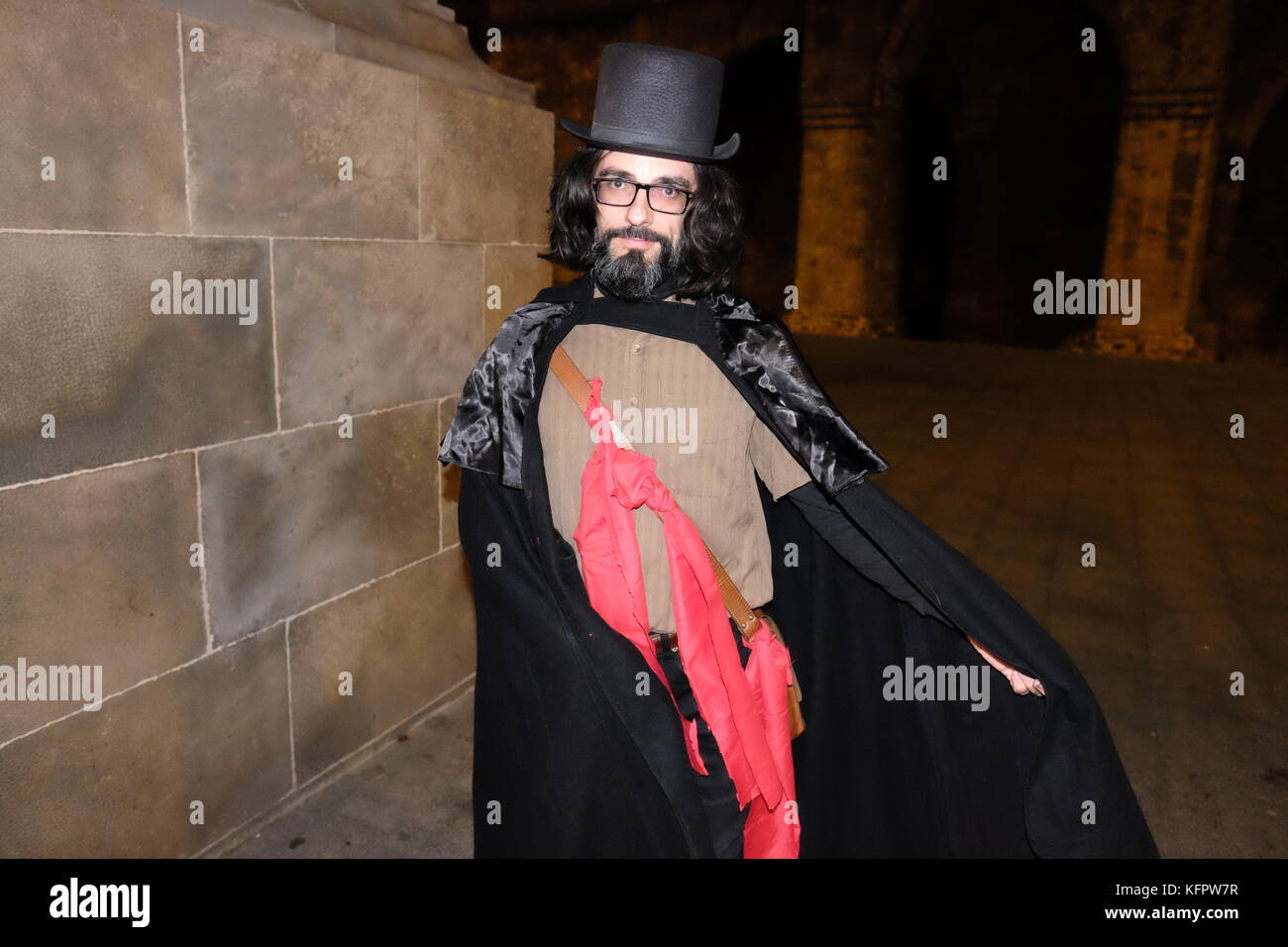 barcelona spain 31st oct 2017 a man wearing a top hat and cloak halloween costume joe obrienalamy live news