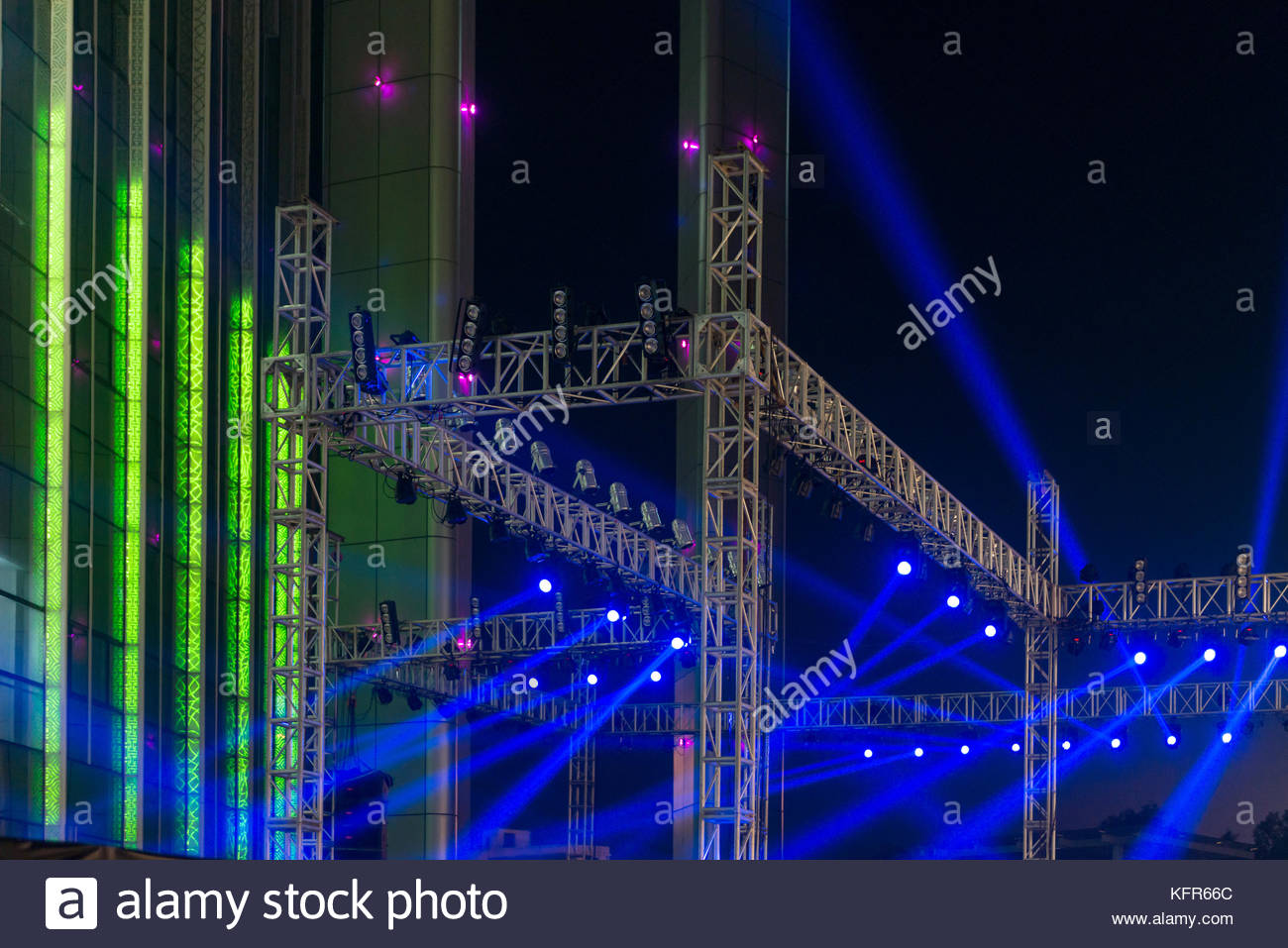multiple spotlights on a theatre stage lighting rig - Stock Image  sc 1 st  Alamy & Lighting Rig With Backdrop Stock Photos u0026 Lighting Rig With ... azcodes.com