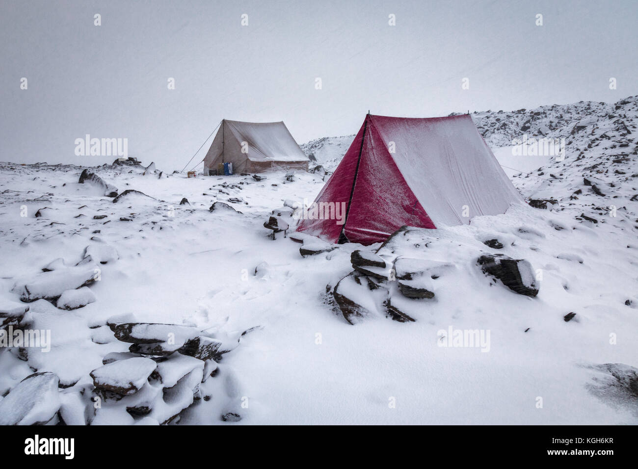 Surviving inside the tents in this crazy long snow blizzard at the base of Audenu0027s Col Uttarakhand & Surviving inside the tents in this crazy long snow blizzard at the ...