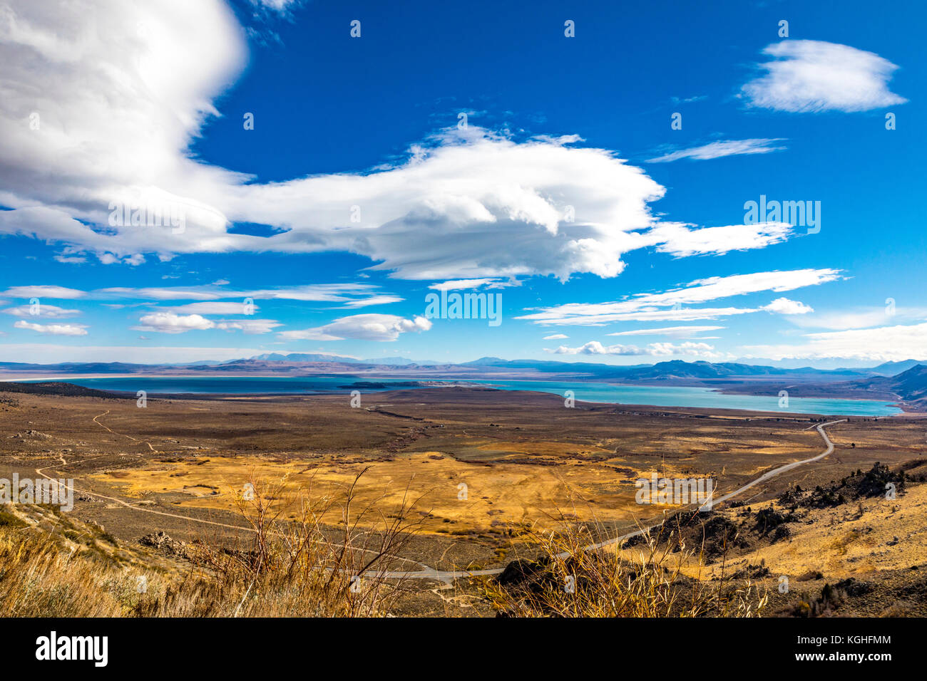 from-mono-lake-vista-point-along-california-highway-395-in-the-eastern-KGHFMM.jpg