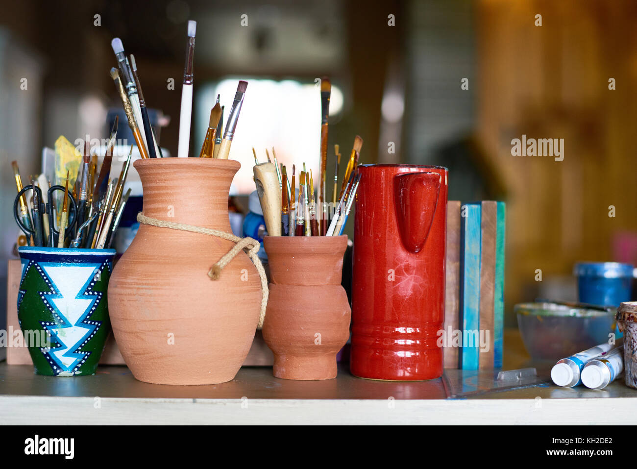 Row of clay pots stock photos row of clay pots stock for Pot painting materials required