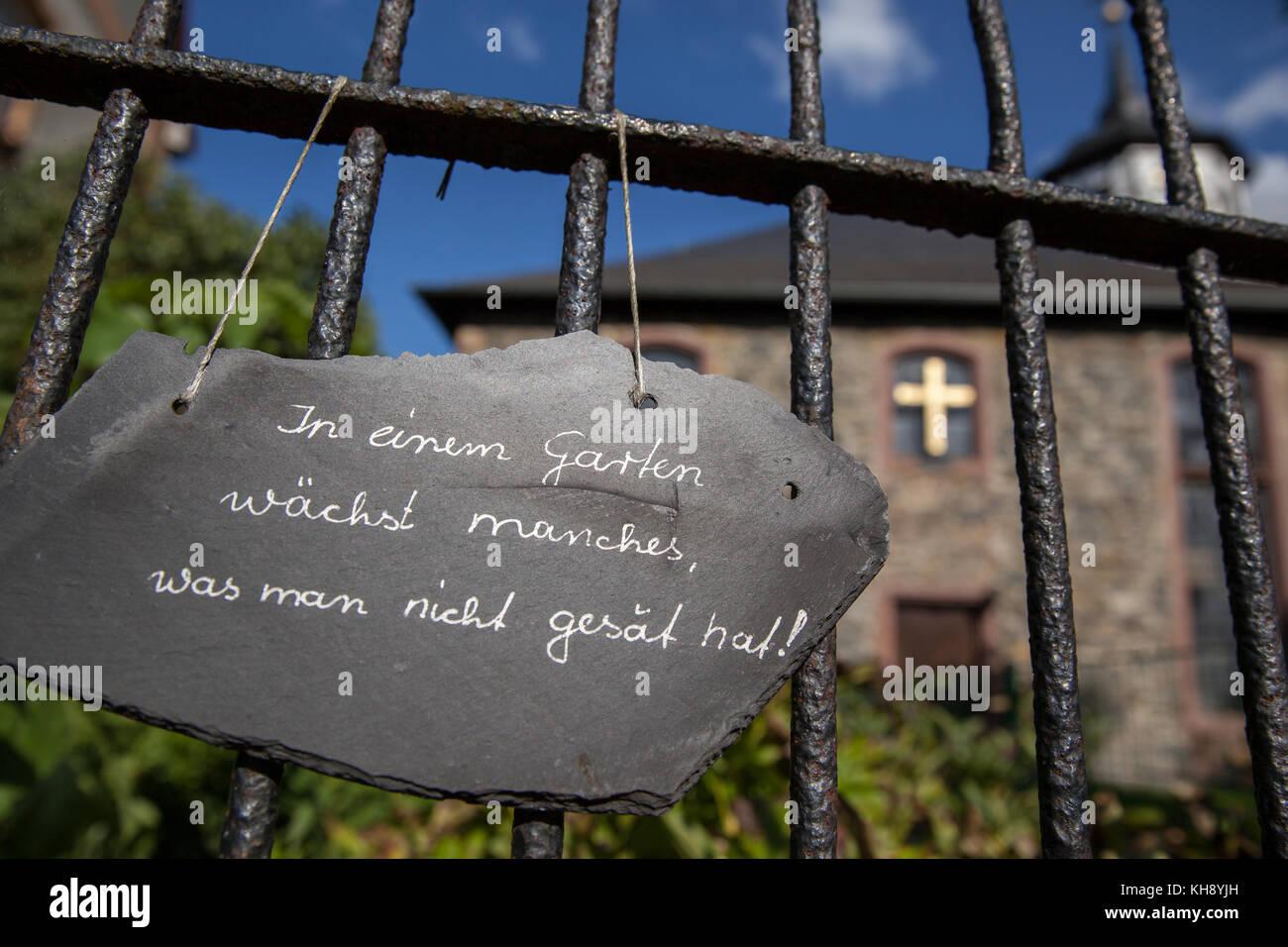 Gesät  In Einen Garten Wächst Manches Was Man Nicht Gesät Hat Stock ...