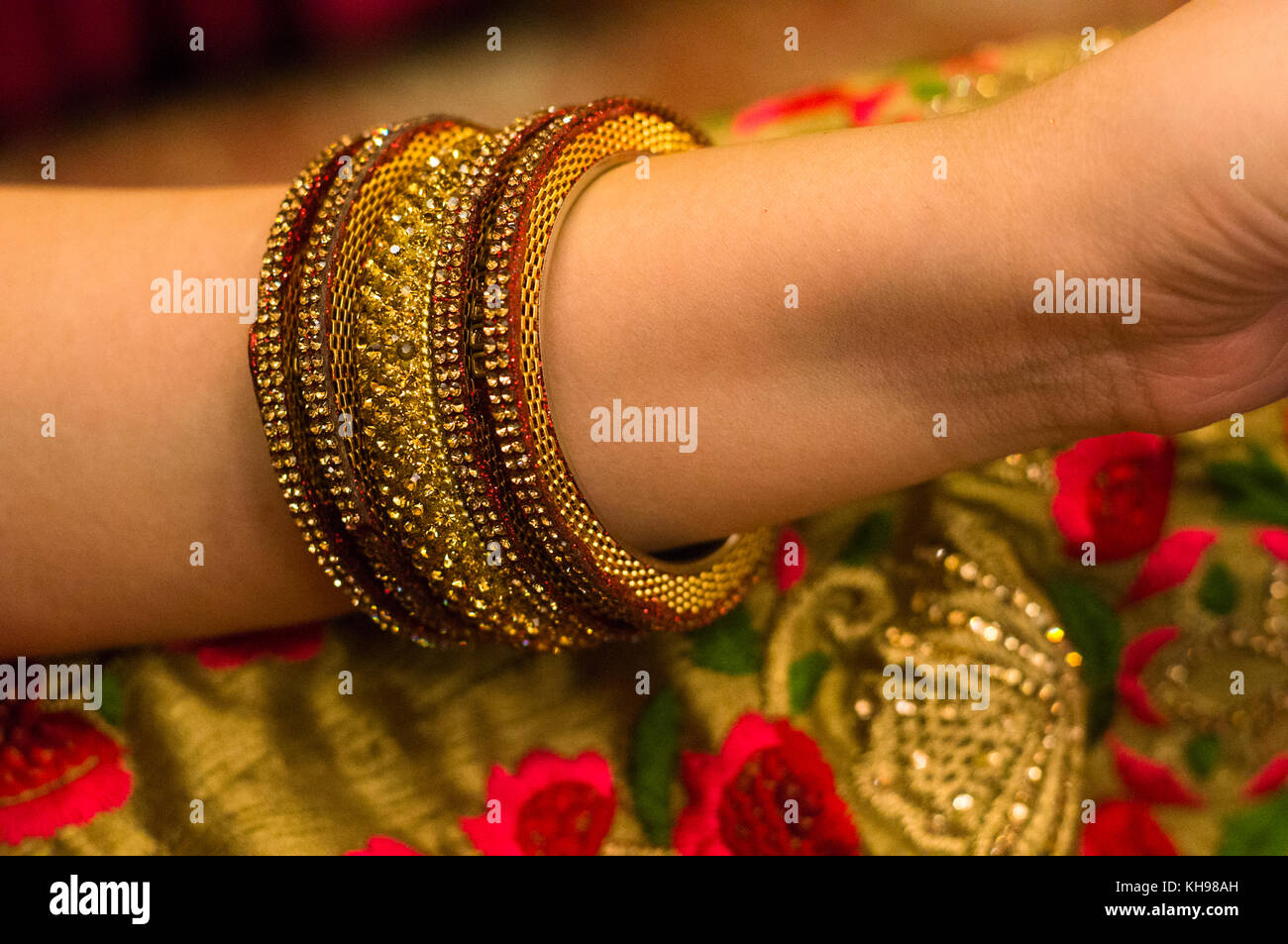 Is wearing bangle a Hindu tradition?