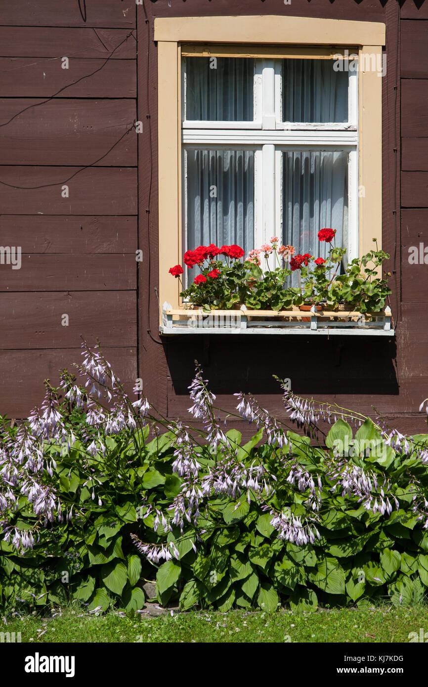 Haus mit blumen stock photos haus mit blumen stock for Haus fenster