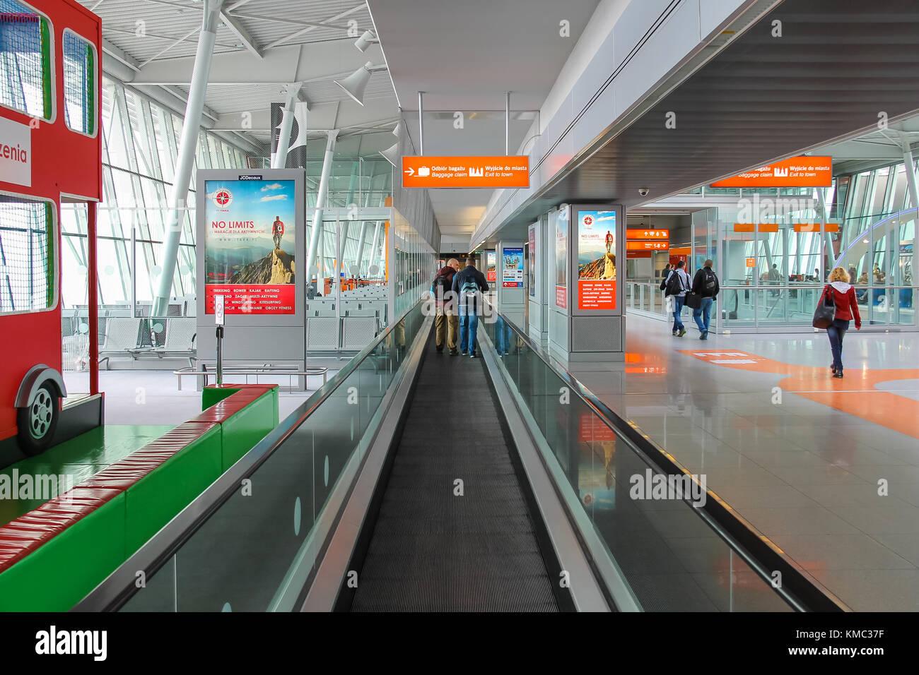 Aeroporto Waw : Warsaw poland apr 18 2015: passengers walking through arrival