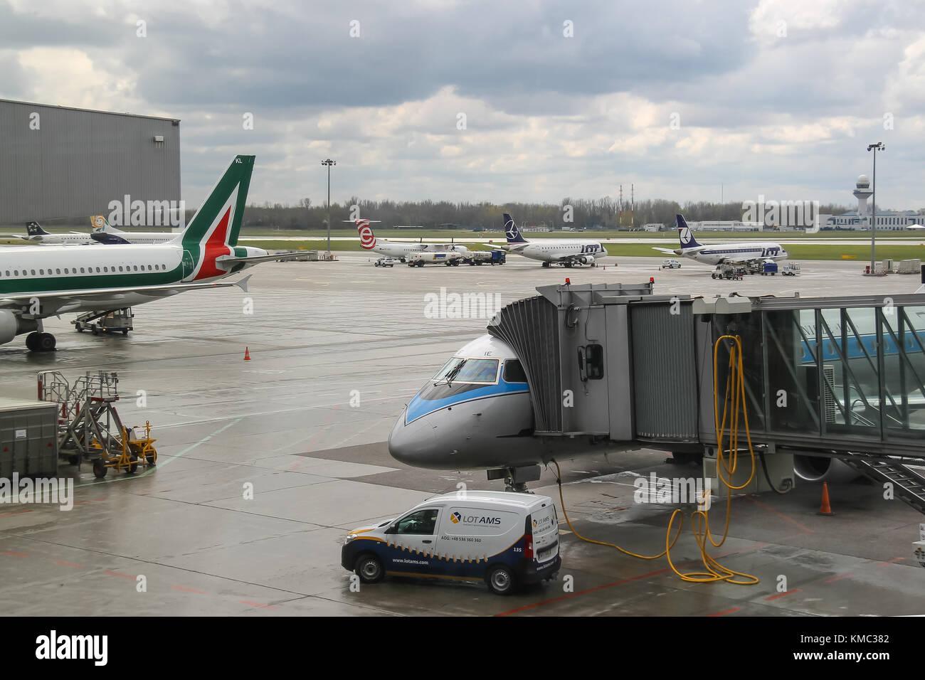 Aeroporto Waw : Warsaw poland apr 18 2015: preflight service of the planes in