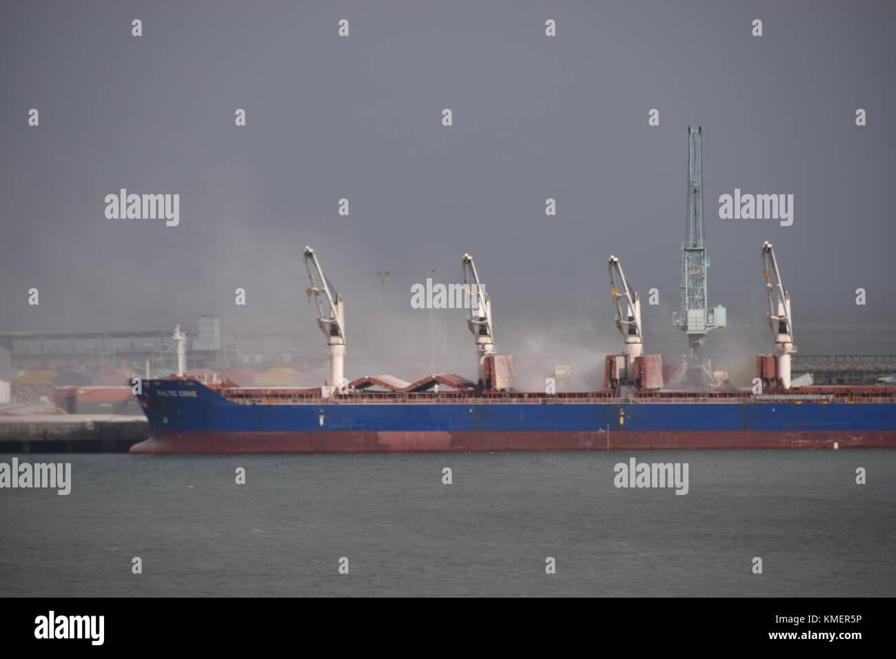 Bulk cargo stock photos bulk cargo stock images alamy - Carbonate de sodium danger ...