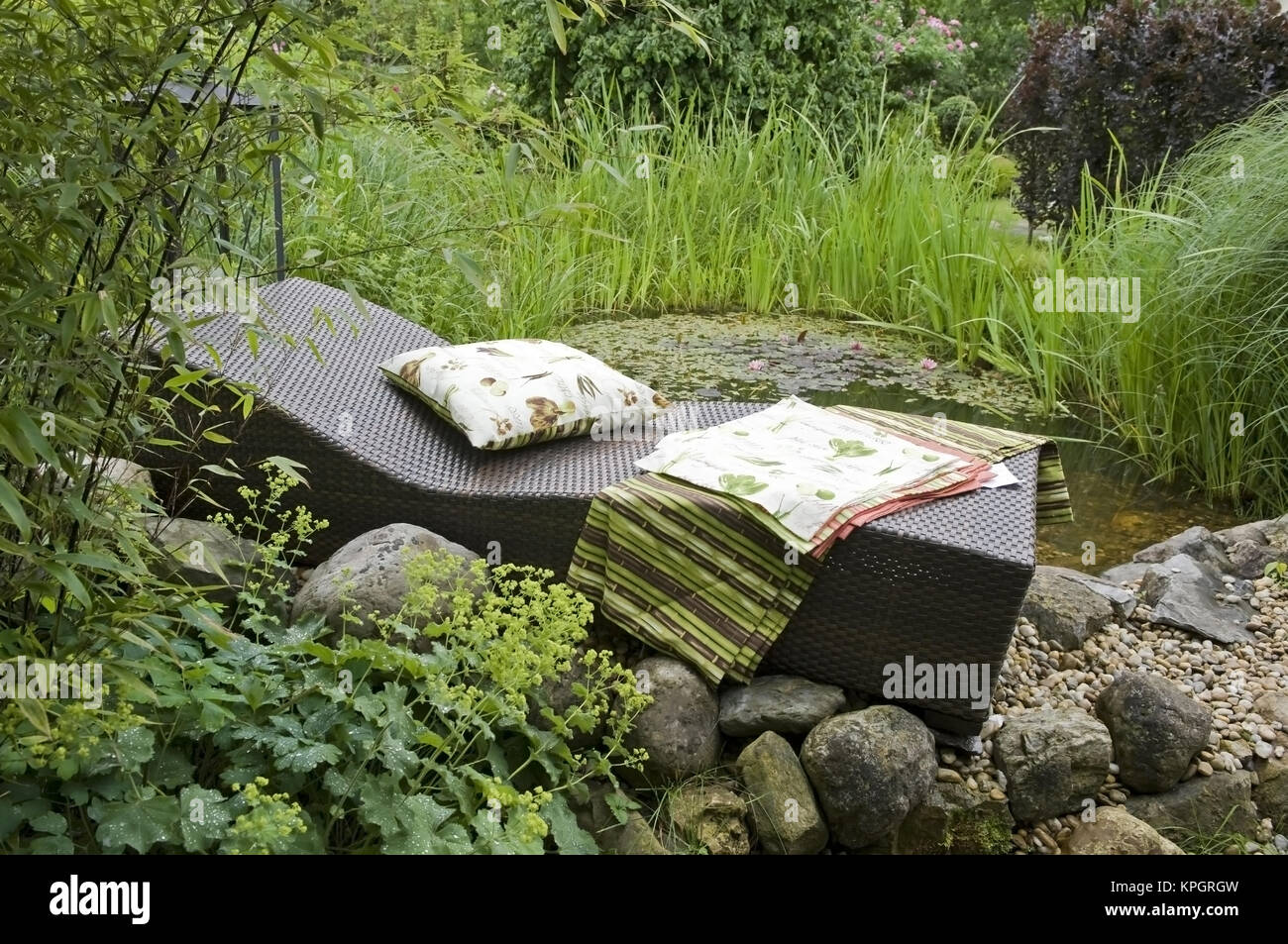 Gartenteich  Liegestuhl am Gartenteich - deckchair at garden pond Stock Photo ...