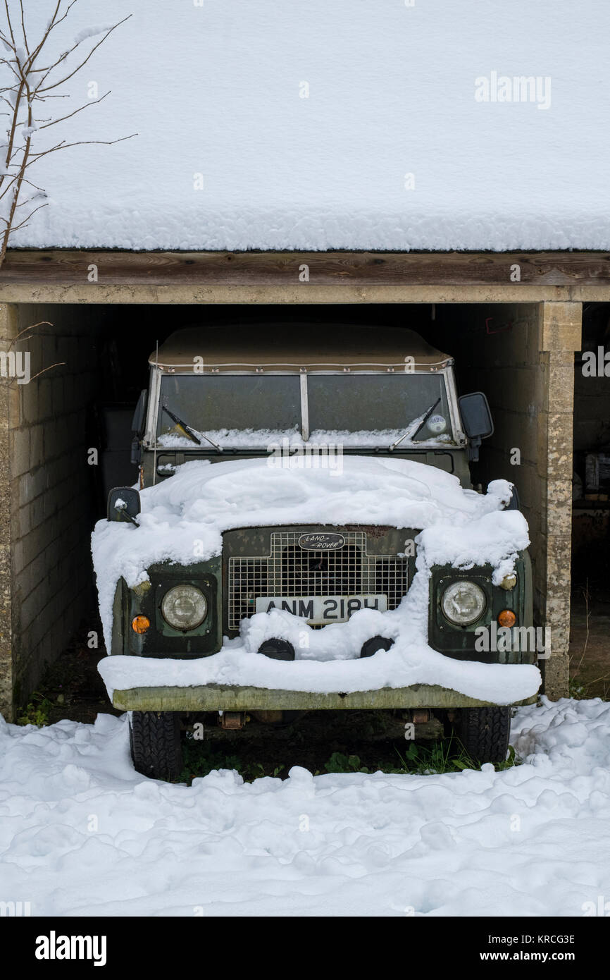 Vintage car in snow stock photos vintage car in snow stock images alamy - Land rover garage near me ...