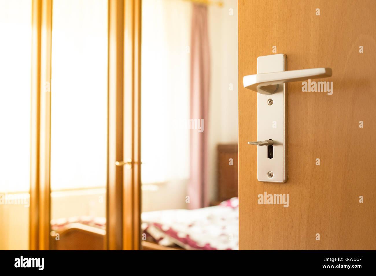 Tür vom Schlafzimmer mit Türgriff, Schlüssel und Schrank steht ...