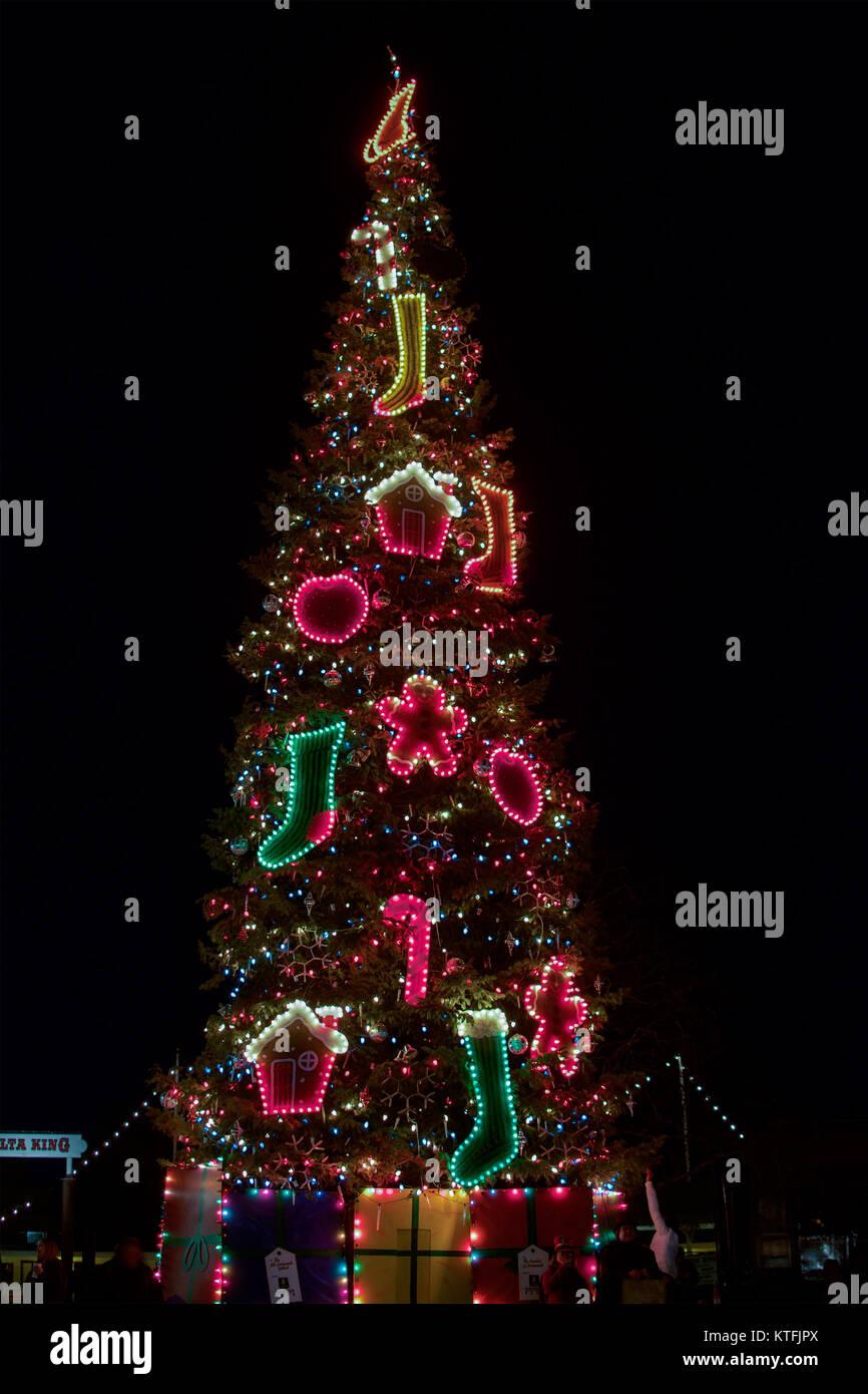 Sacramento, California, USA. 23 December 2017. Christmas tree and ...