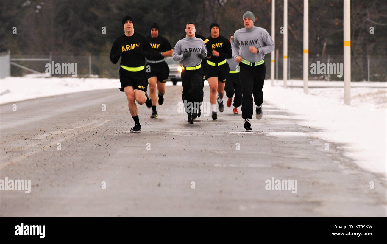 Apft stock photos apft stock images alamy fort drum soldiers from the 27th infantry brigade combat team conduct an army physical fitness nvjuhfo Images