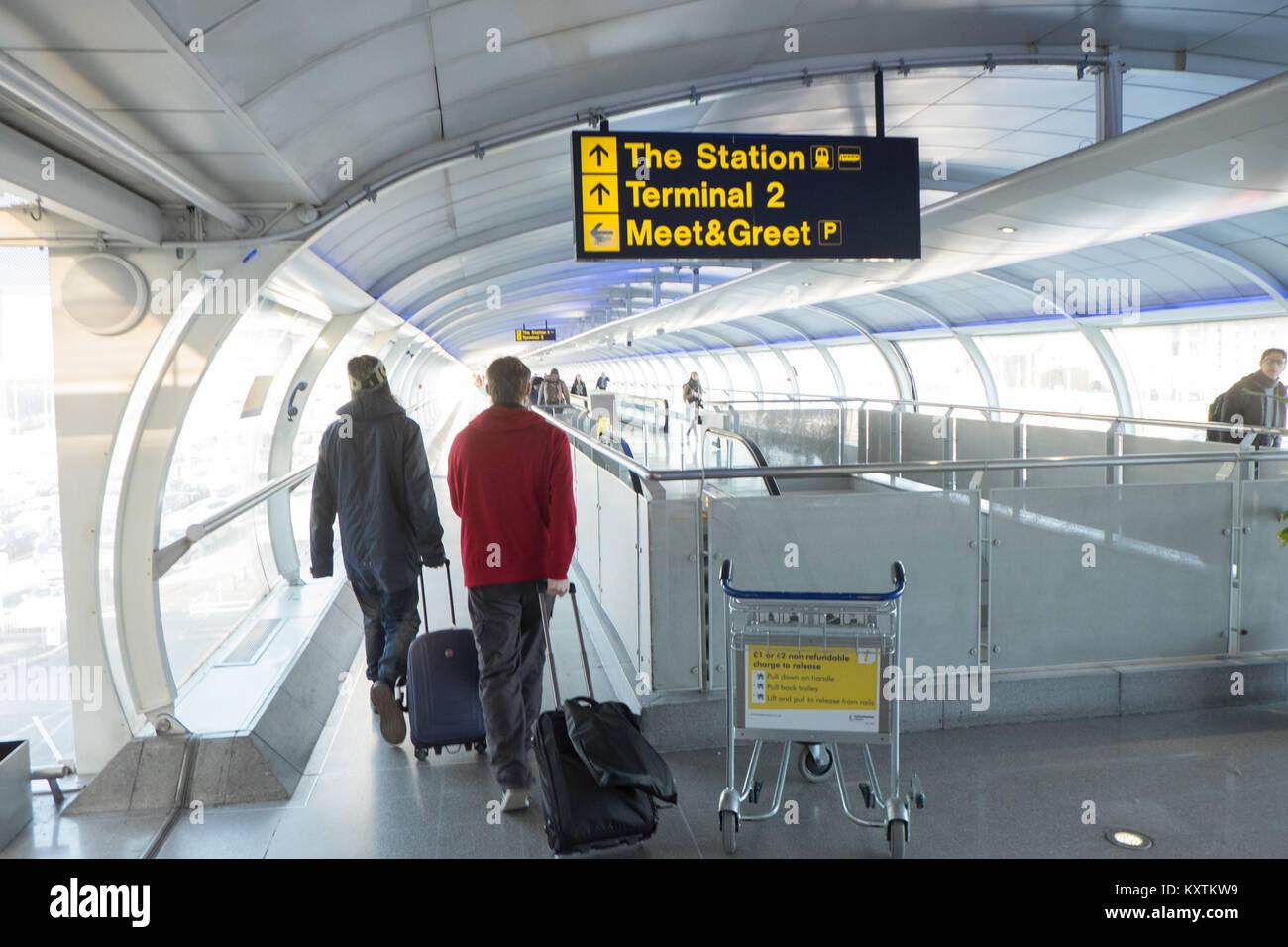 Passengerpassengerstravellingonconveyorbeltlinktransit passengerpassengerstravellingonconveyorbeltlinktransitbetween terminal buildingandtrainbusterminusterminalmanchesterairport england m4hsunfo