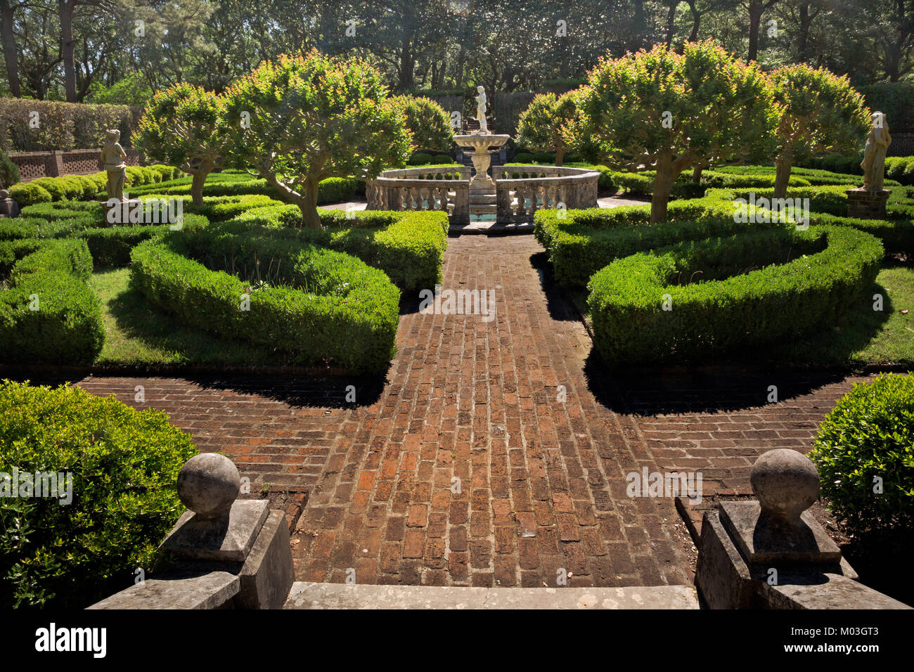 NC01351-00...NORTH CAROLINA -Statue in the Sunken Garden section of ...