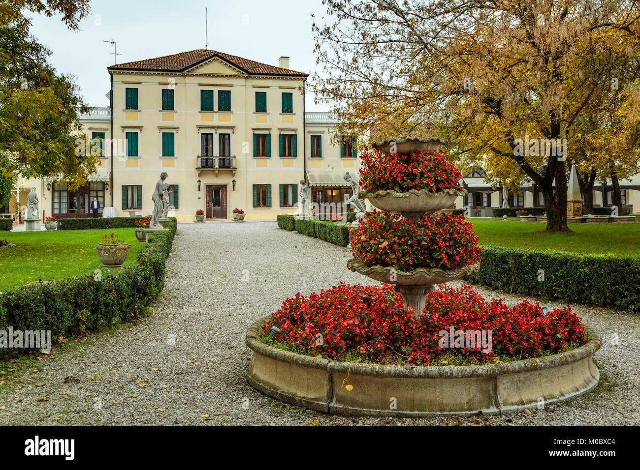 Fal foliage in the gardens of the Villa Braida Hotel in Veneto Stock ...