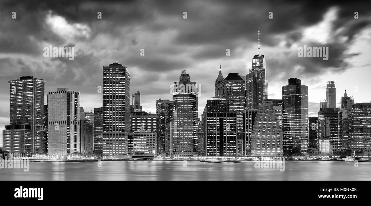 Black and white panoramic picture of the new york city skyline at