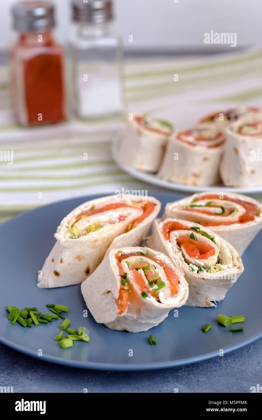 how to make smoked salmon and cream cheese rolls