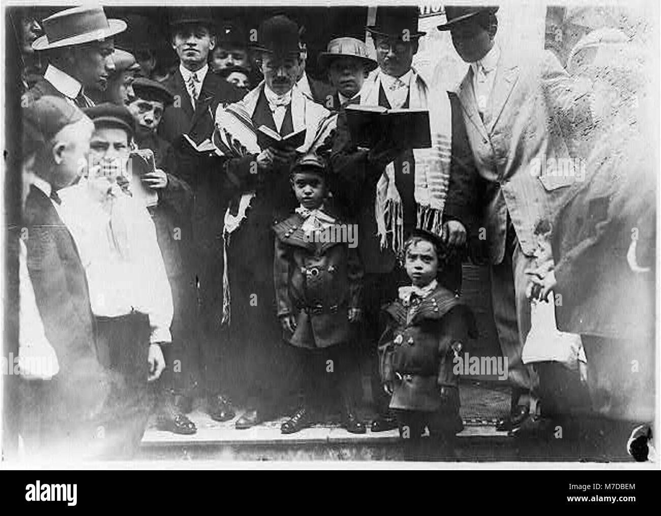 Jewish life - Jews praying on Jewish New Year LCCN2003665472