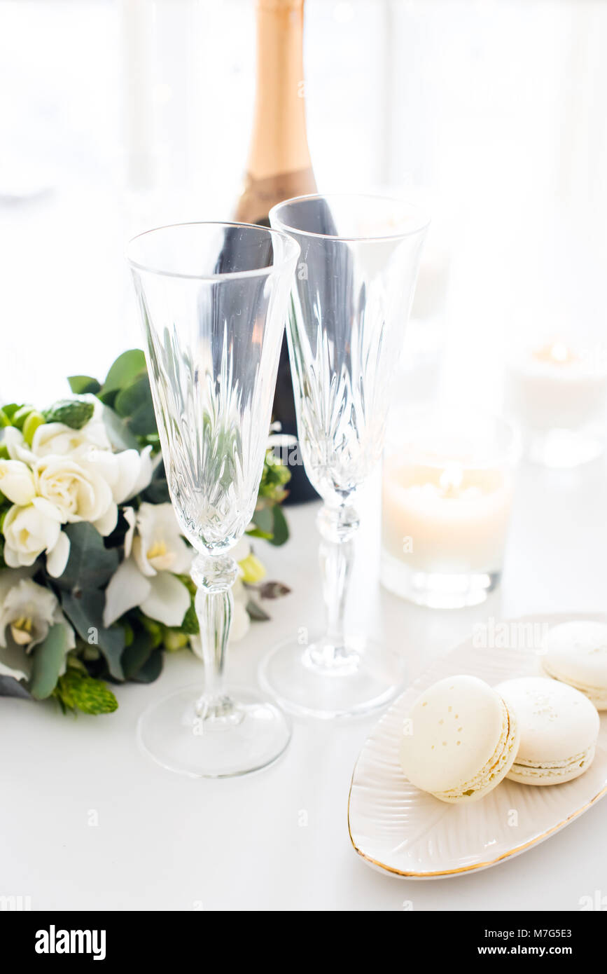 Beautiful wedding decoration with champagne and white flowers Stock ...
