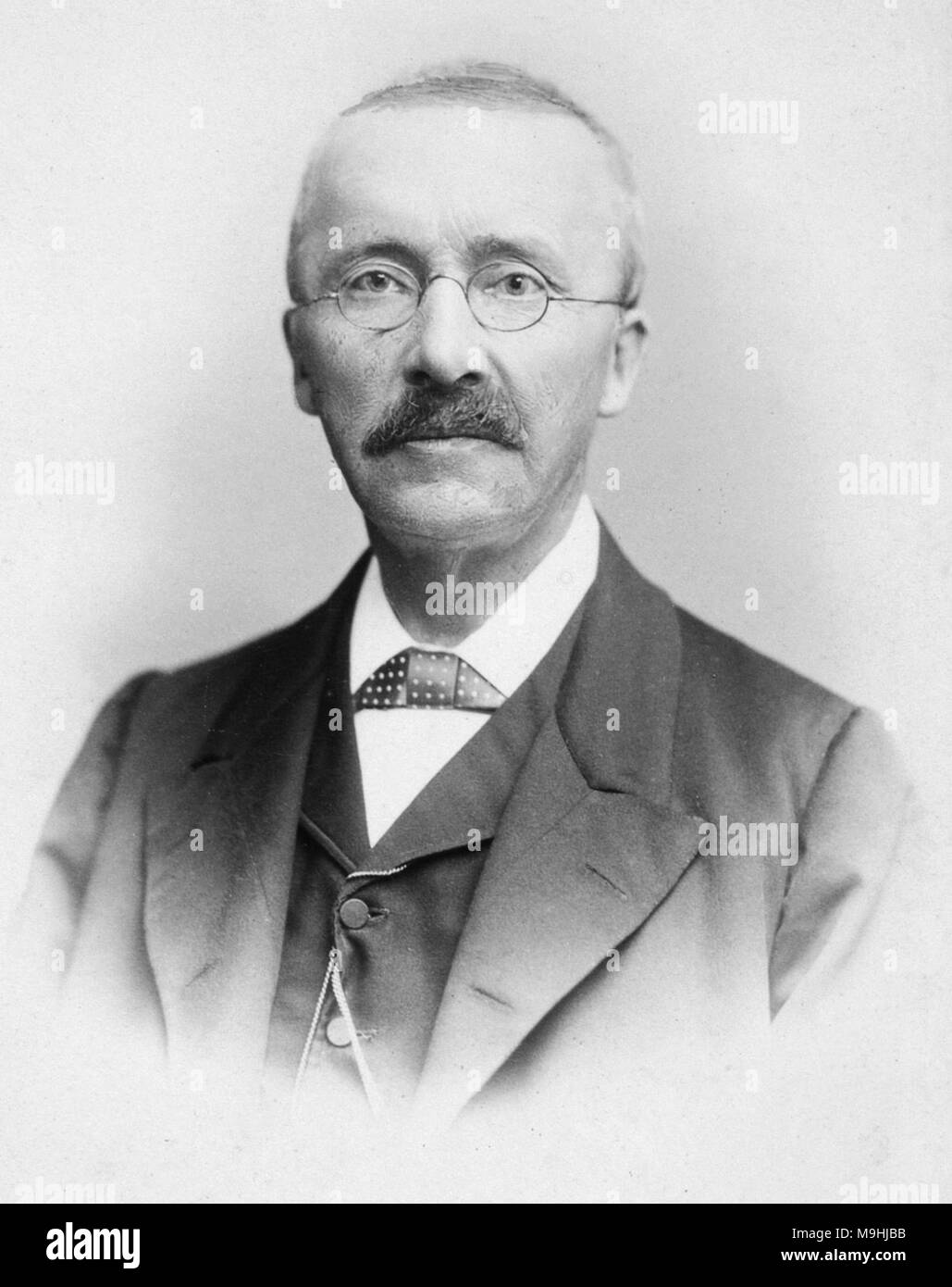 a biography of heinrich schliemann a german businessman and pioneer in the field of archaeology Heinrich schliemannwas a german businessman and a pioneer in the field of archaeology he was an advocate of the historicity of places mentioned in the works of homer schliemann was an archaeological excavator of hissarlik, now presumed to be the site of troy, along with the mycenaean sites mycenae and tiryns.