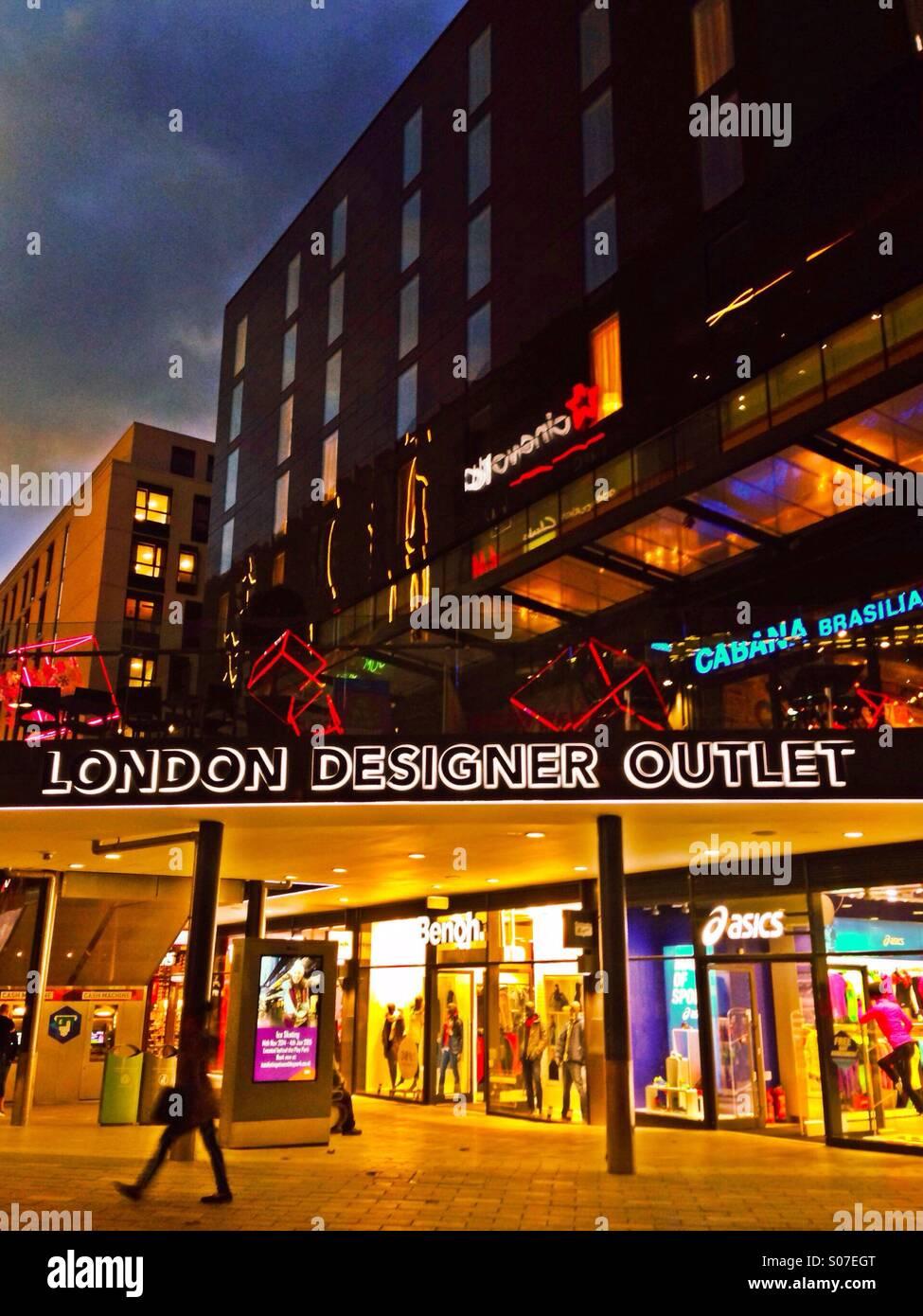 london-designer-outlet-at-night-wembley-