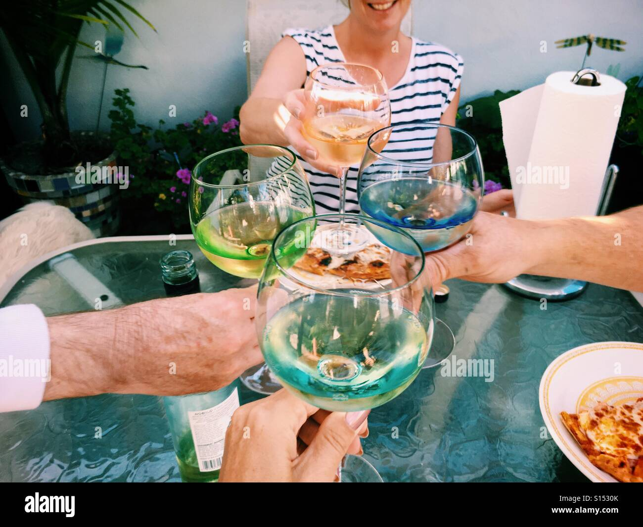 drinking-white-wine-with-pizza-outdoors-