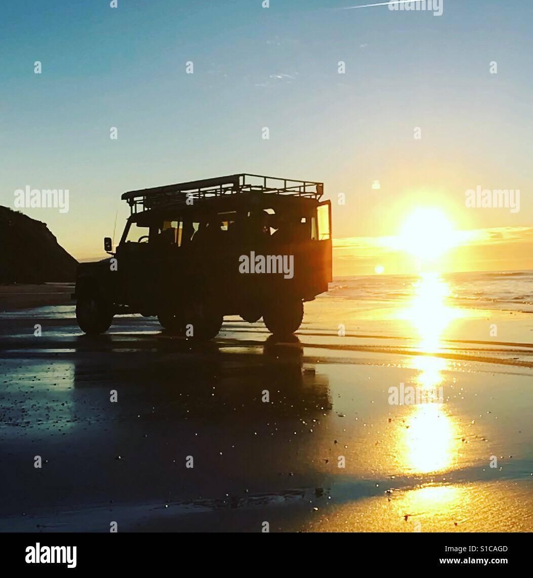 Land Rover On Beach In Sunset Stockfoto, Lizenzfreies Bild