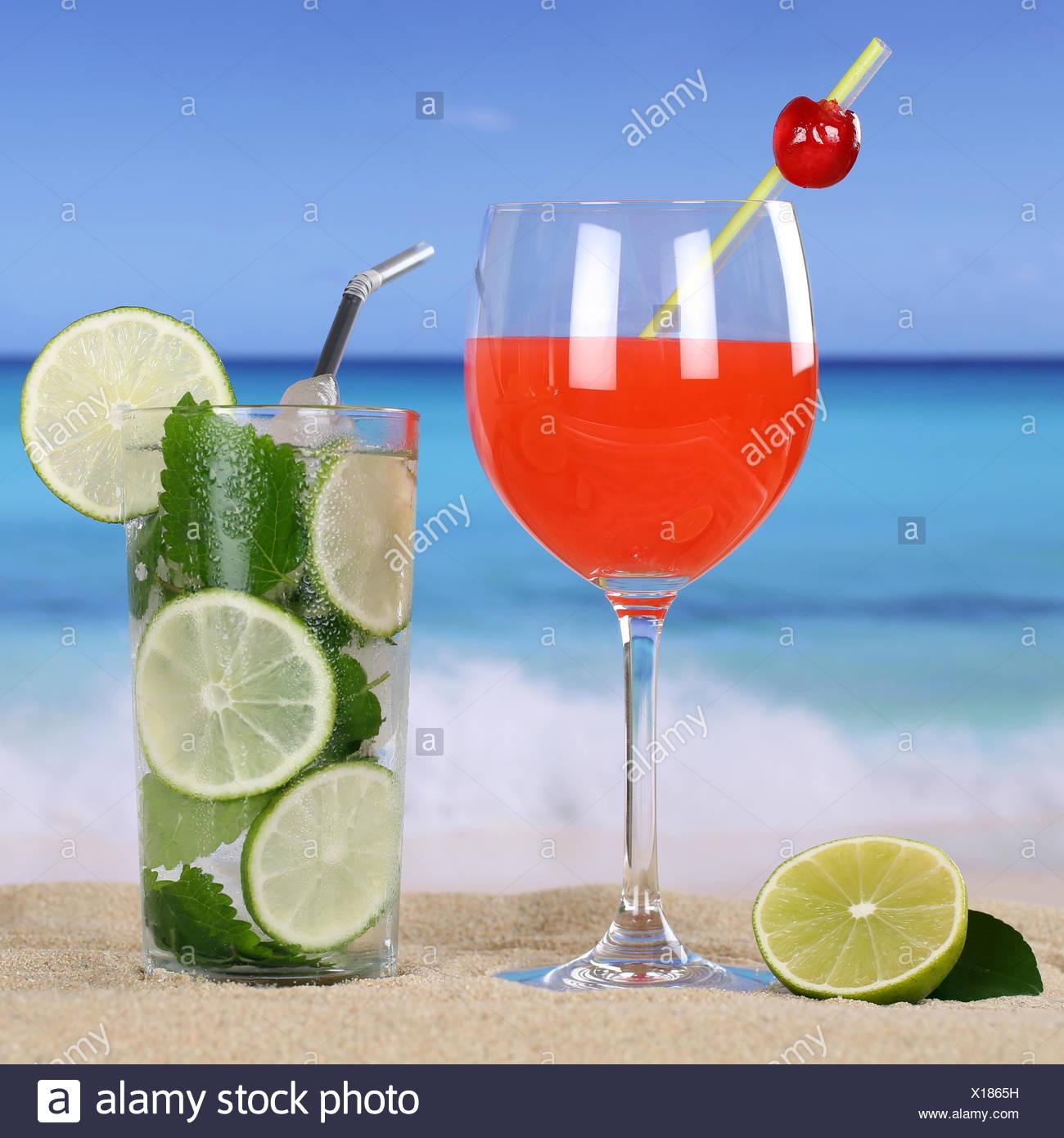 Cocktails und kalte Getränke am Strand mit Sand und Meer Stock Photo ...