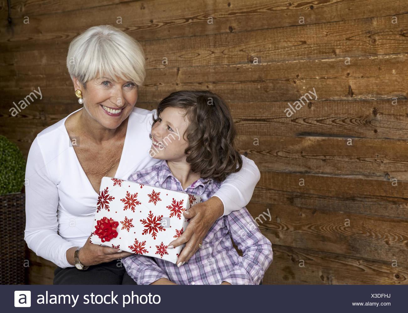 Grossmutter mit Enkelin und Weihnachtsgeschenk (model-released Stock ...