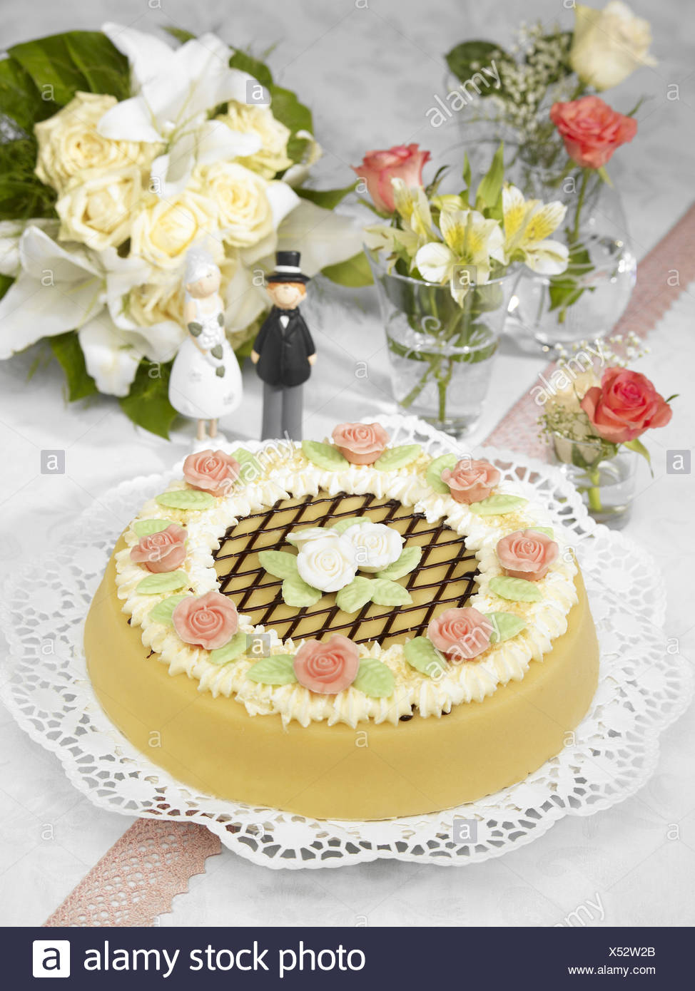 Wedding cake,characters,bride and groom Stock Photo: 278502739 - Alamy