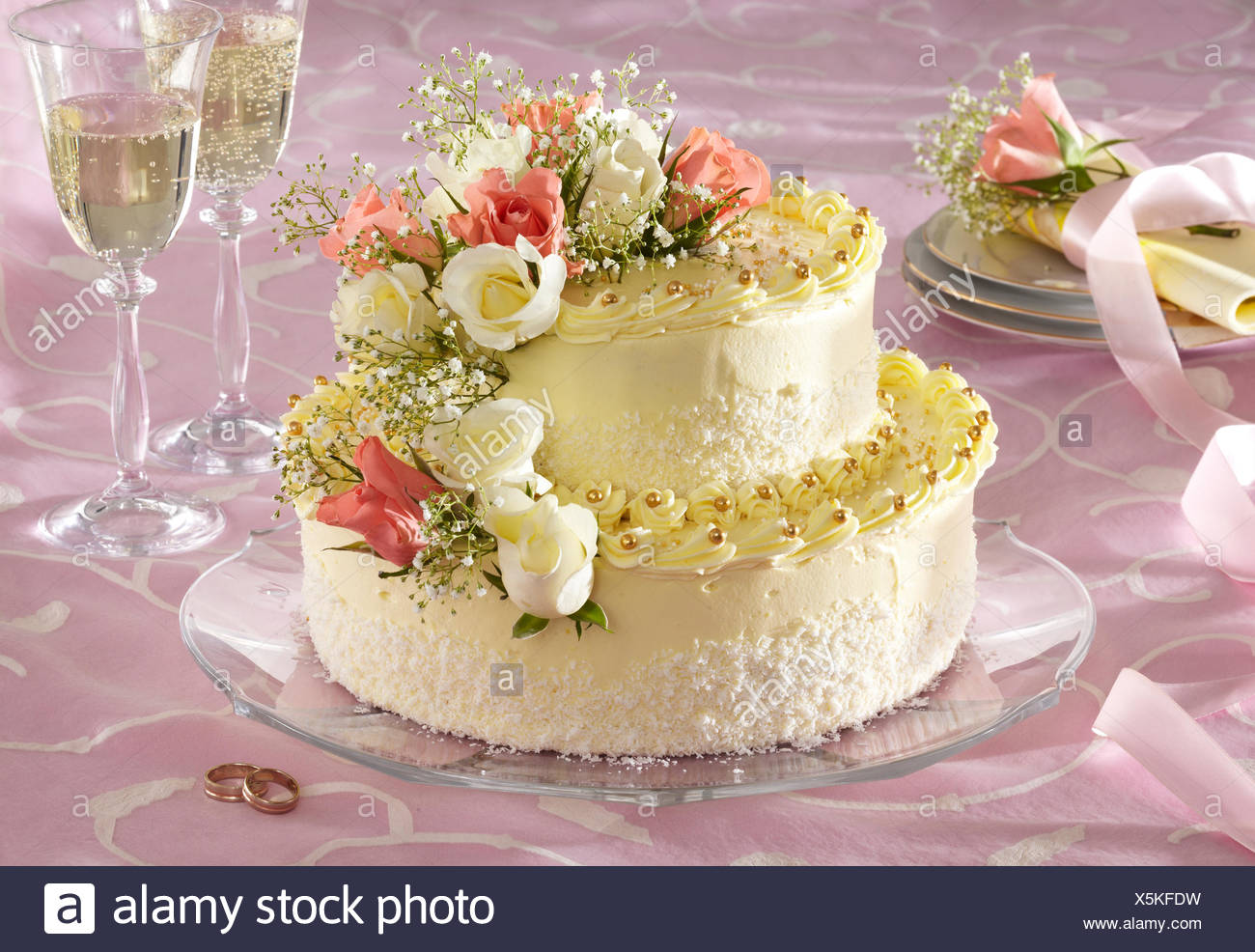 Two-Layer Wedding Cake (step by step Stock Photo: 278868405 - Alamy