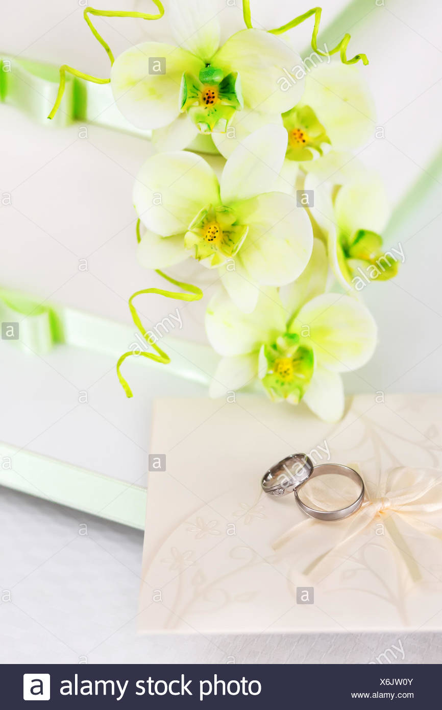 Wedding cake detail with green orchid flowers, rings and wedding ...
