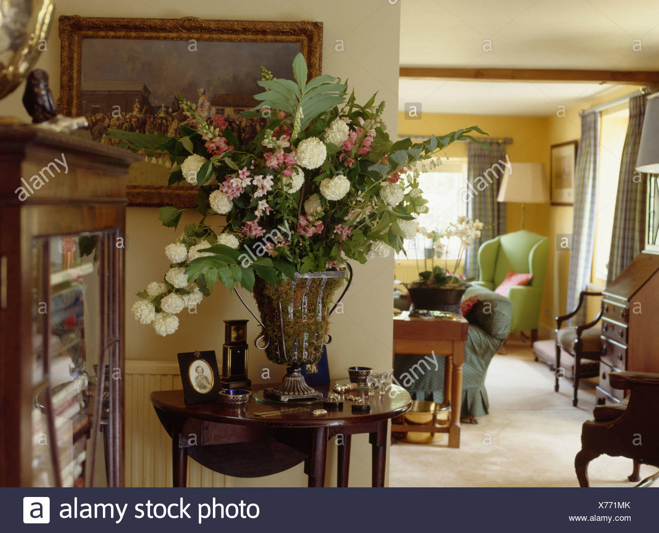 Attirant Large Floral Arrangement In Urn On Antique Console Table In Cottage Living  Room