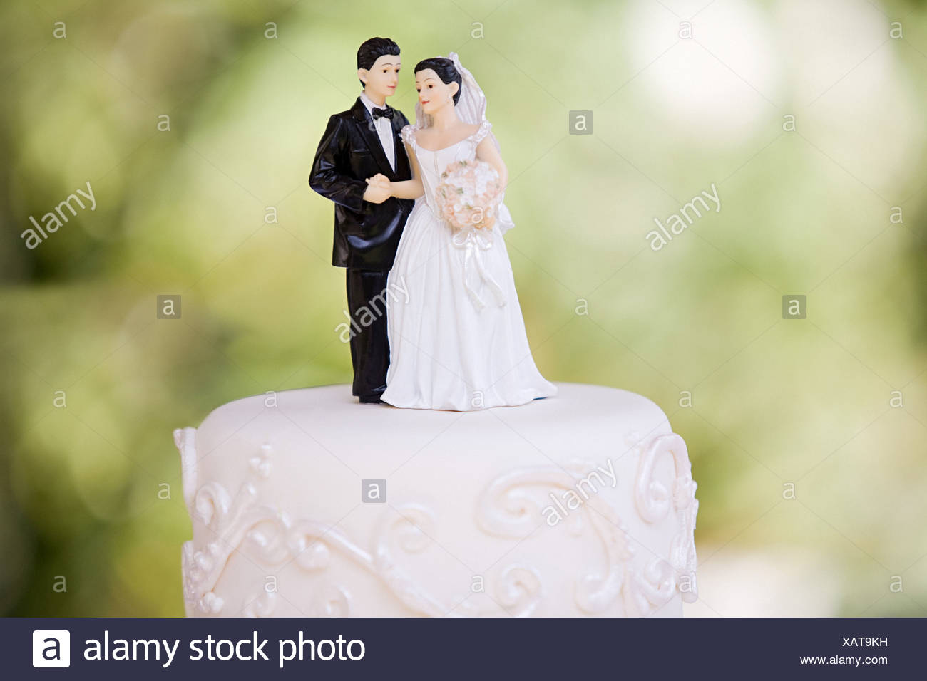 Bride and groom figurines Stock Photo: 282046901 - Alamy