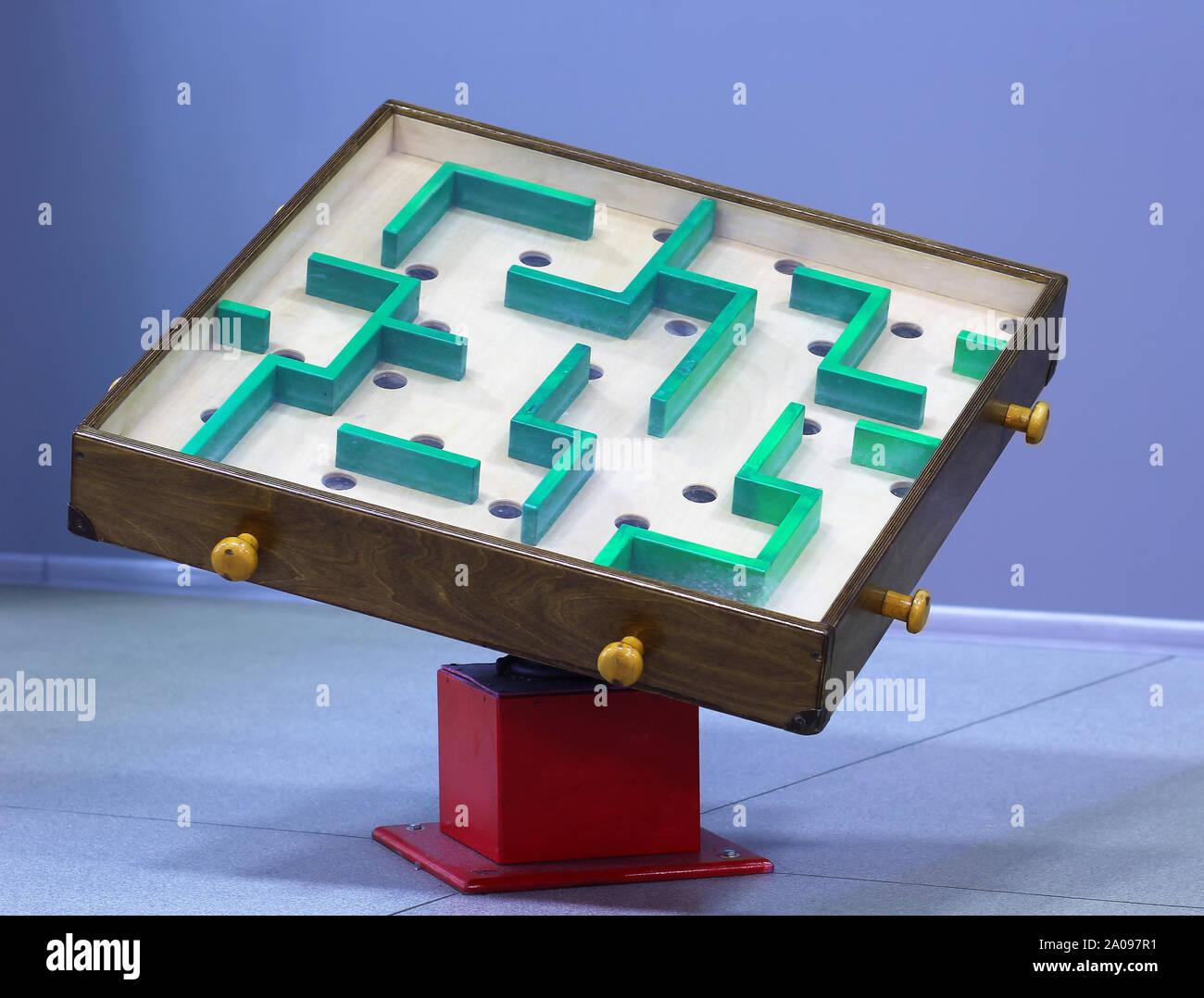 Holz- Irrgarten / Labyrinth. DIY-Idee Stockfoto