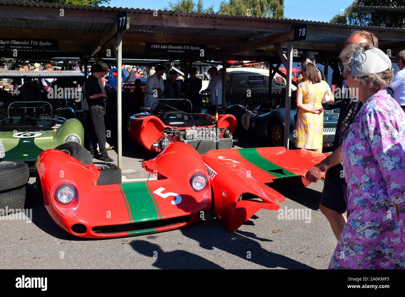 September 2019 - Klassische Lola Chevrolet Rennwagen im Fahrerlager am Goodwood Revival Meeting Stockfoto