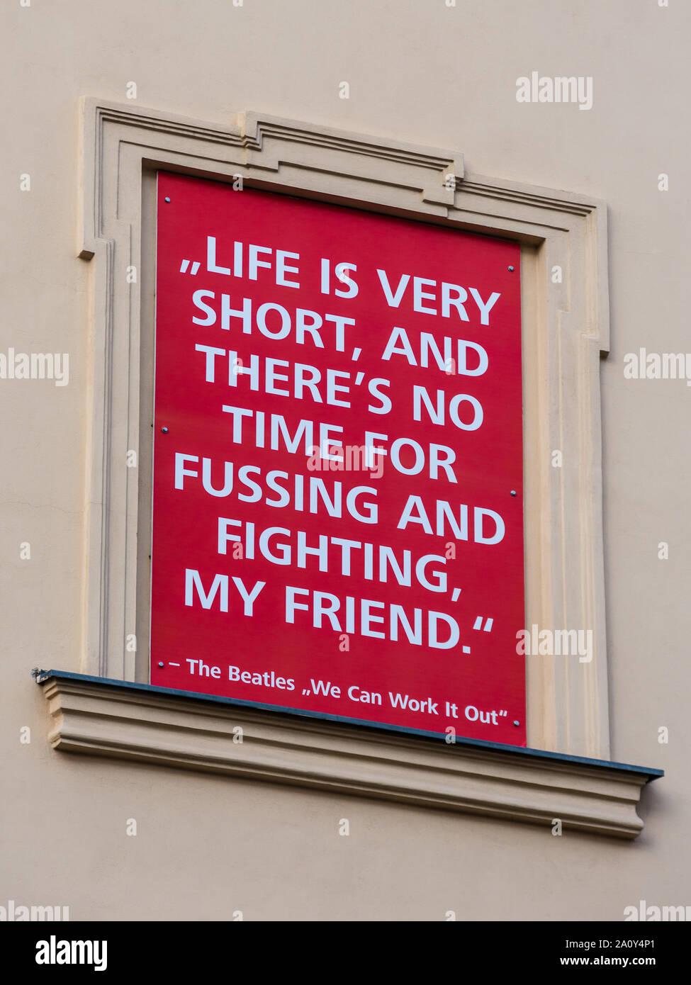 Beatles Das Leben ist sehr kurz...' Song lyrics Auf dem Display Board im Museumsquartier Wien, Österreich. Stockfoto