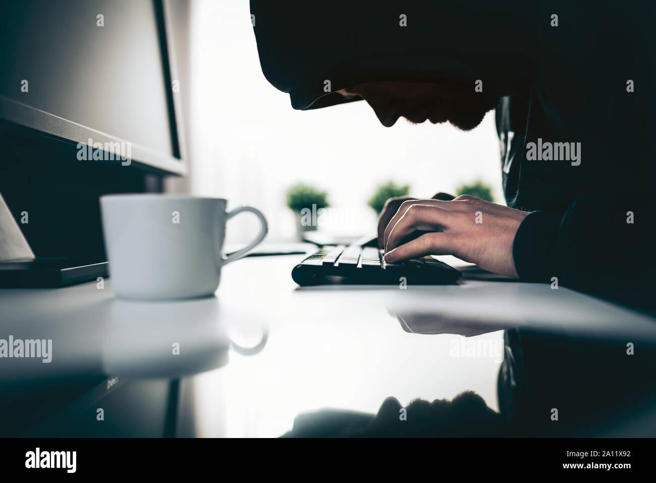 Computer Hacker stehlen wertvolle Informationen über das Web Stockfoto