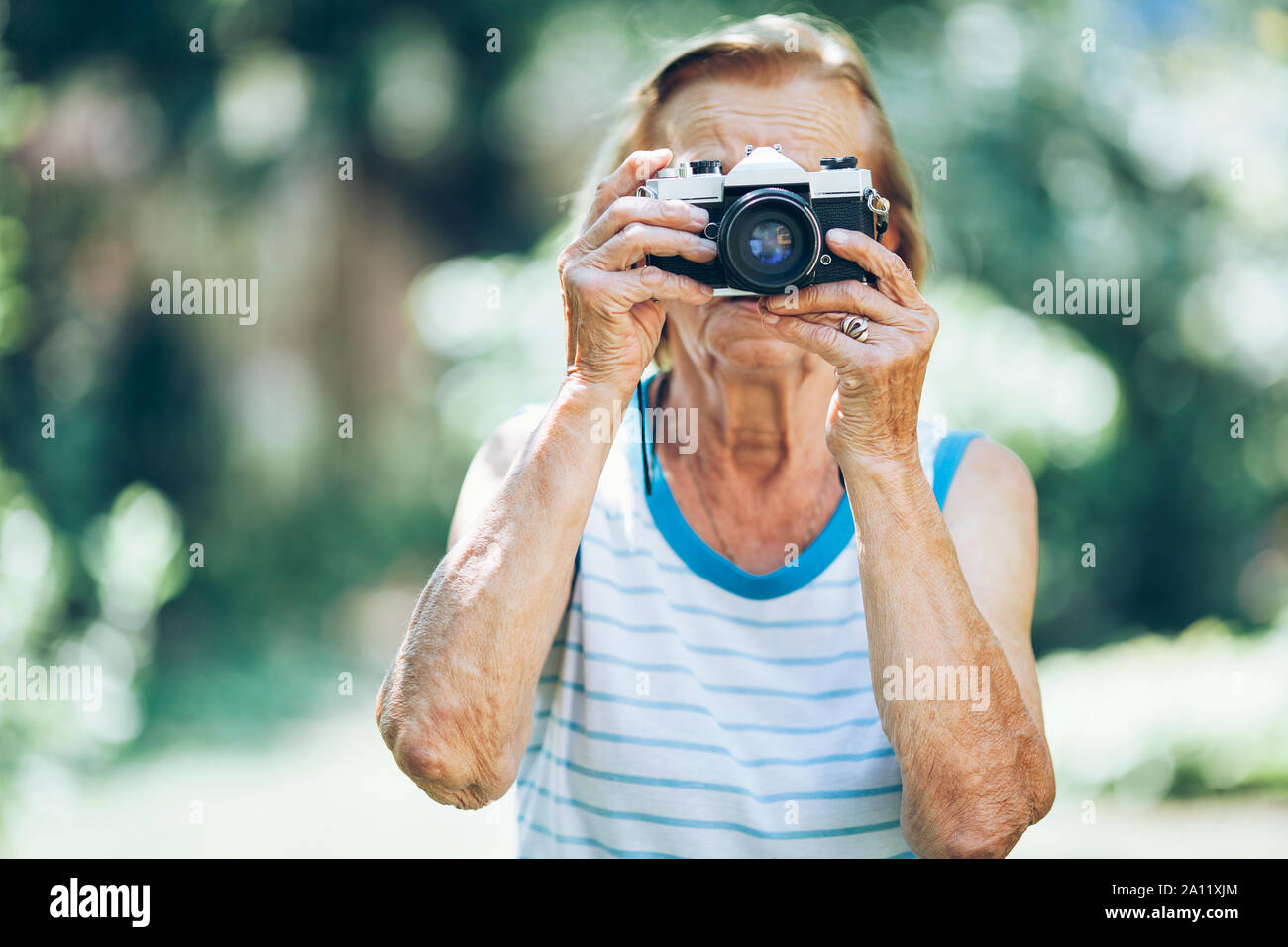 Ältere Frau mit einem Vintage film Foto Kamera Stockfoto