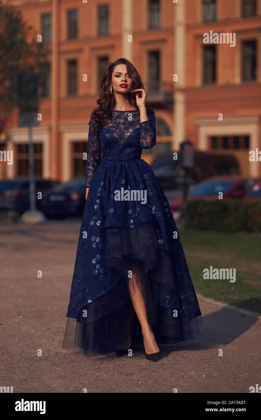 blaues ballkleid stockfotos und -bilder kaufen - alamy